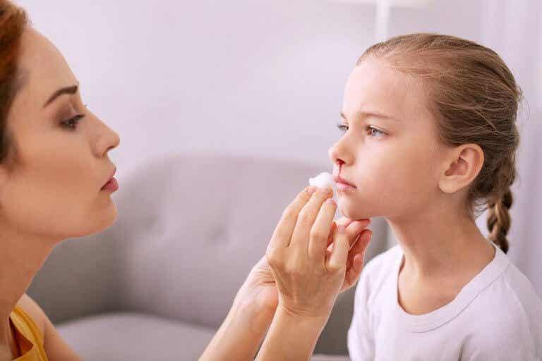 子供が鼻血を出した時の対処法