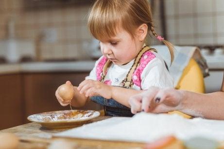 子どもに食べ物で遊ばせてもいいの?