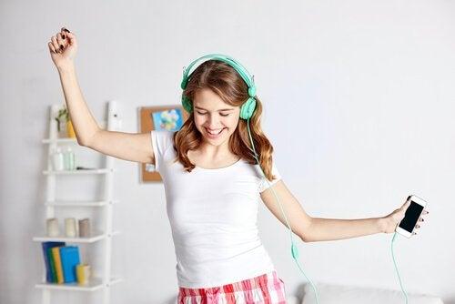 踊るティーンエイジャー 思春期 急成長
