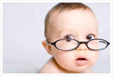 赤ちゃんの目が見え始めるのはいつ頃?