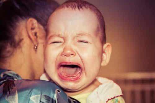 なぜ私の赤ちゃんは夜泣きをするの?:理由は不安?それとも空腹?