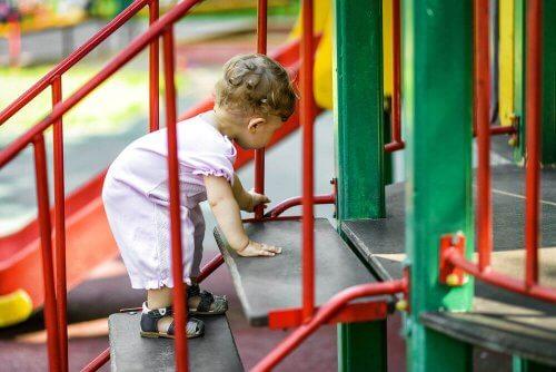 公園での遊び ベビージム  公園   アクティビティ