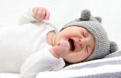 赤ちゃんが寝ている間に泣くのはなぜ?