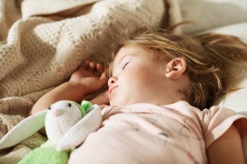 お昼寝が子どもにもたらす効果とは?