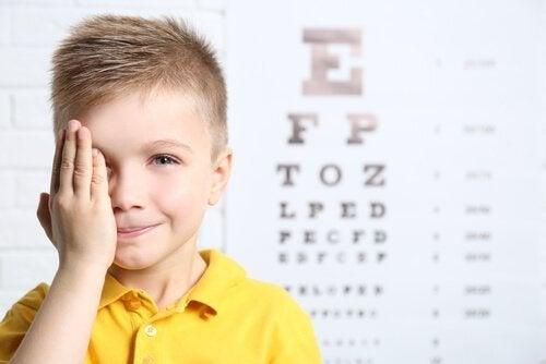 片目を覆う子ども 眼瞼下垂