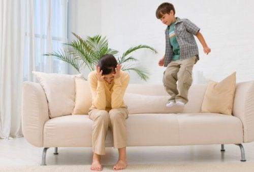 悩む母親 怒っている子供  話す時のカギ