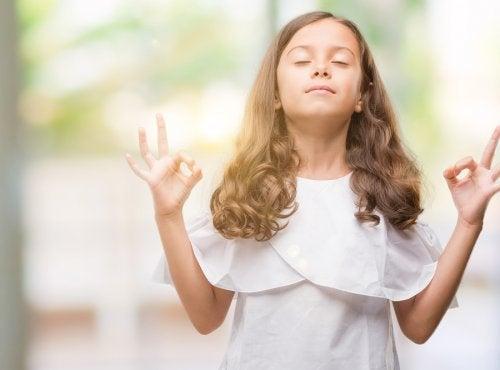 瞑想する子ども 呼吸法 落ち着く 子ども