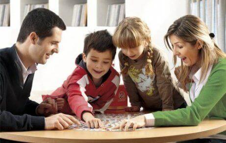 家族が一緒に遊ぶ 騒がしくしてしまう子供   集中力
