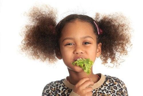 レタスを食べる子ども ビタミン 秋