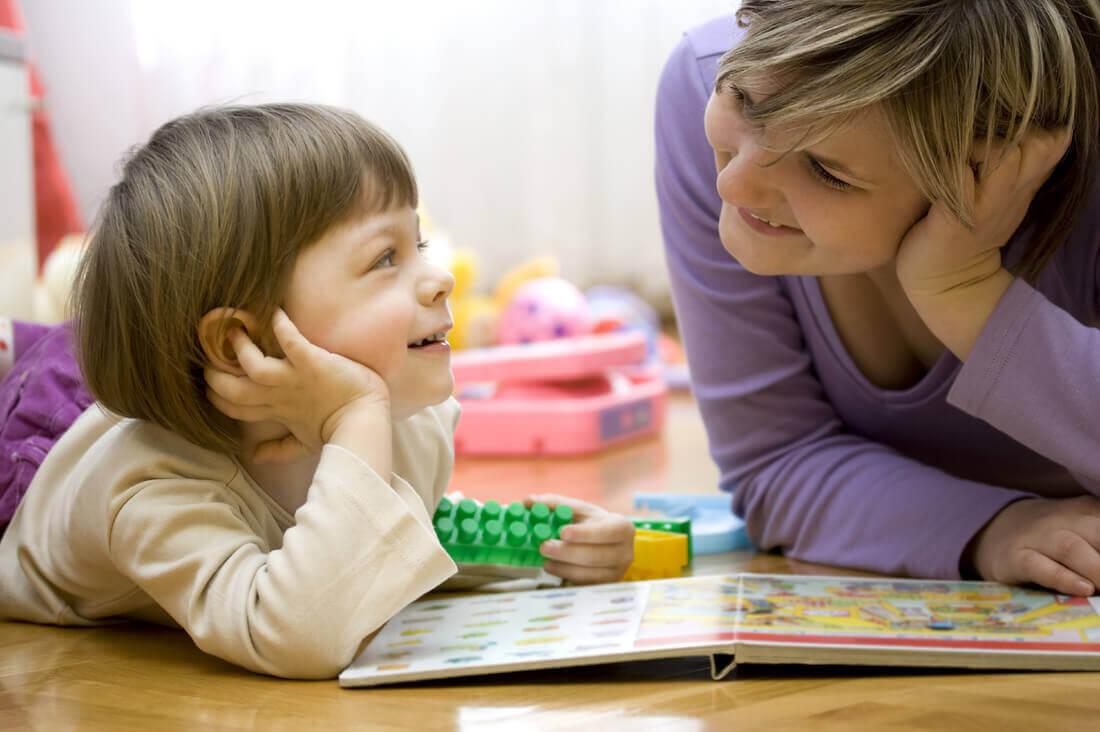 母親と子供遊び 子供部屋 デコレーション