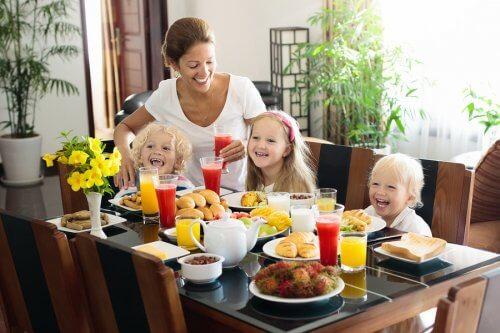 朝食をサーブする母親 ビタミン 秋