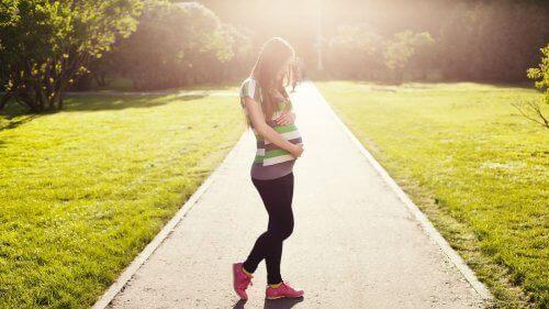 歩く妊婦 出産を誘発させる 自然療法