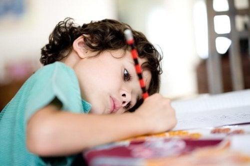 子どもに1人で宿題を出来るよう教える6つのコツ