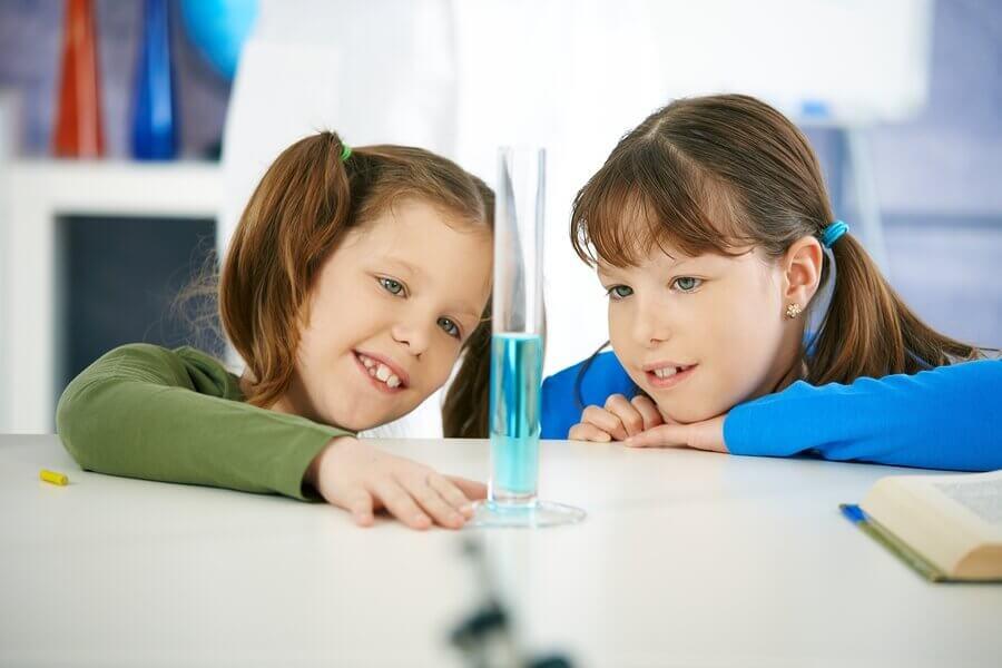 実験をする子供 実験 子供 水