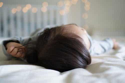 赤ちゃんがベッドから落っこちたらどうする?