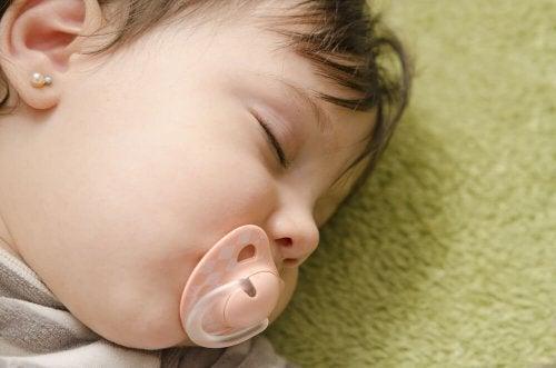 寝る  赤ちゃん おしゃぶり