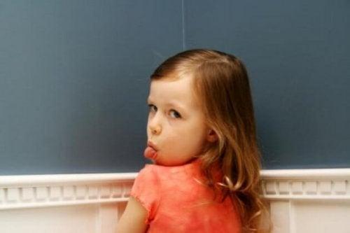 反抗的な子どもの態度 子ども   親  無礼な態度   無視