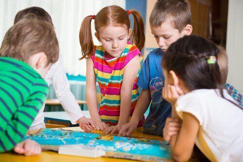 遊ぶ子ども 幼稚園児 発育アクティビティ