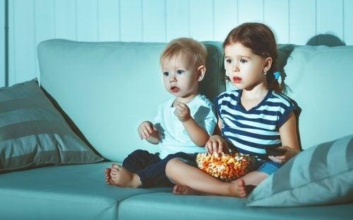 テレビを見る子ども 子ども  環境   背景 影響