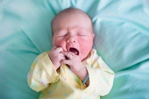 赤ちゃんの肌がカサカサな原因は?特別な治療は必要なの?