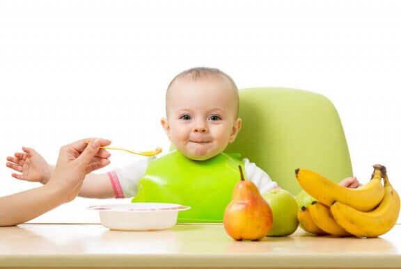 嬉しそうな赤ちゃん 赤ちゃん   新しい味  トライ