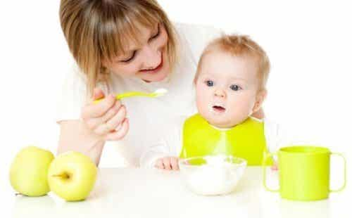 赤ちゃんに新しい味にトライさせる方法:ヒントとコツは何?