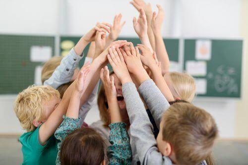 教室にいる子ども 子ども  環境   背景 影響