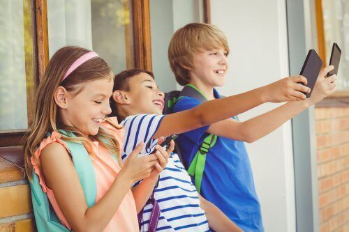 自撮りする子ども 子ども テクノロジー疾患