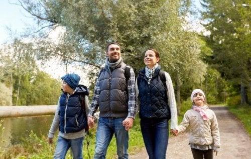 家族でウォーキングやハイキングをすることのメリットについて
