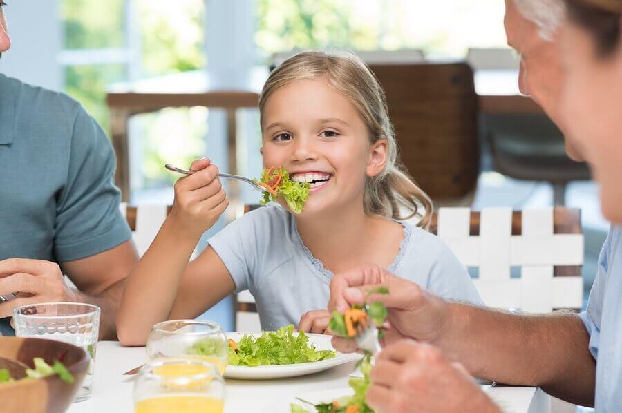 子どもにテーブルマナーを教えることの大切さ:それはなぜ?