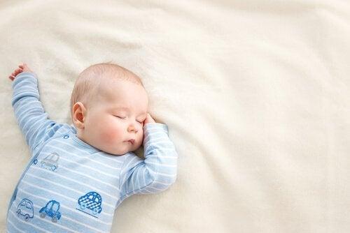 眠る赤ちゃん 赤ちゃん  子ども   パジャマ