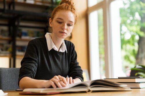 勉強する女性 遠隔教育   eラーニング  メリット   デメリット