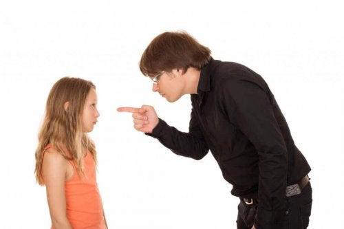 子どもを叱る  子ども   学校   暴力