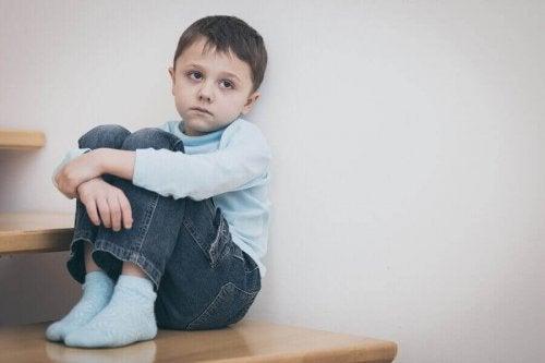 悲しそうな男の子