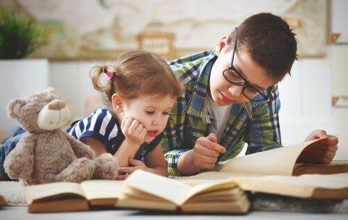 一緒に本を読む兄弟 思春期   兄弟 姉妹   影響