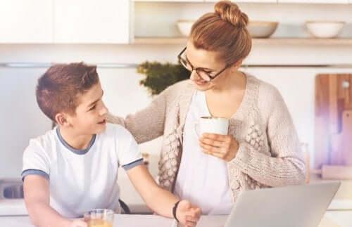 会話する親子 愛にまつわる迷信   子ども