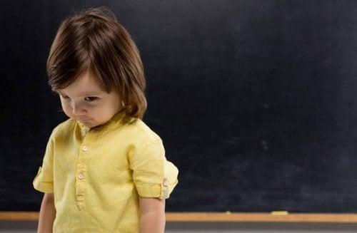 子どもの人見知りを克服するには:成長段階ごとの人見知りサイン