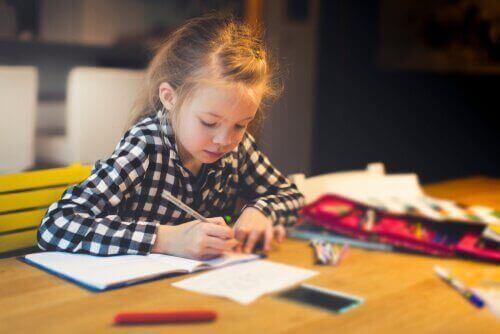 子どもの 勉強机 :宿題のためのアイデア