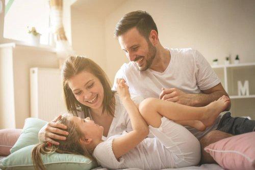 笑い合う親子 子ども 社会化