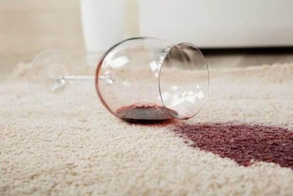 赤ワイン シミ 白い服
