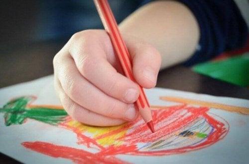 子ども   お絵描き 色 意味