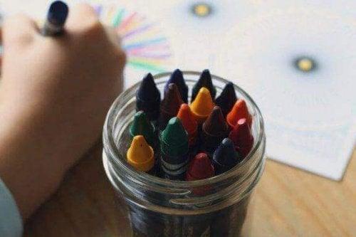 子どものお絵描きに表現される色の意味は何だろう?