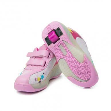 巷でよく見かけるローラー付き運動靴:あり?なし?