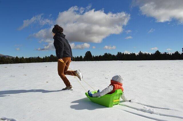家族 子ども 雪遊び
