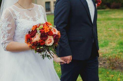 新婦が結婚式に白いドレスを着る理由って何だろう?