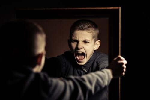 怒っている子供 グループホーム