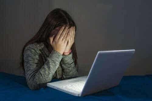 青少年のサイバー犯罪について見てみよう:いじめの様々な形態