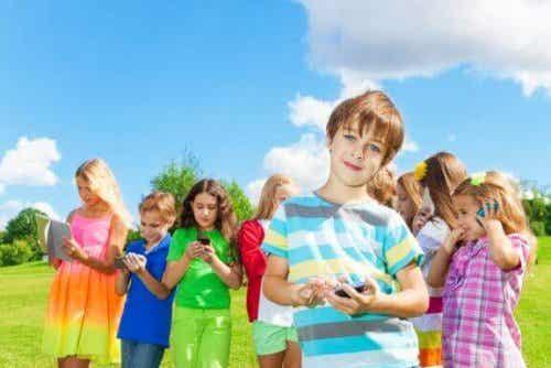 子どもがSNSを使い始めるのにベストな年齢ってあるの?