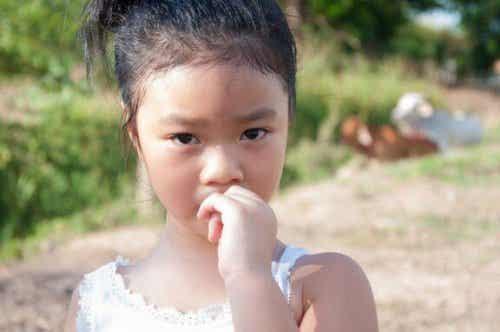 子どもが爪を噛まないようにするには:原因を突き止める