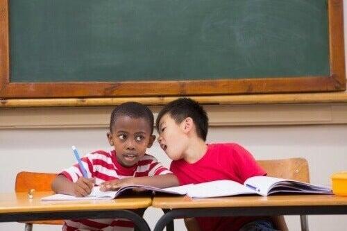 授業中しゃべり過ぎる子どもはどう対応するべきか